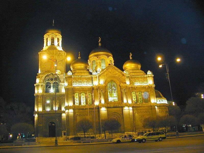 קתדרלת וארנה בלילה, צילום ויקפדיה