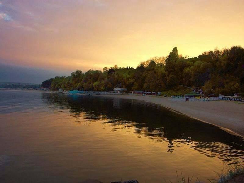 חוף הים בוארנה, לאורך החוף תוכלו למצוא מועדונים מצוינים, צילום אלכס יוסיפוב, ויקפדיה