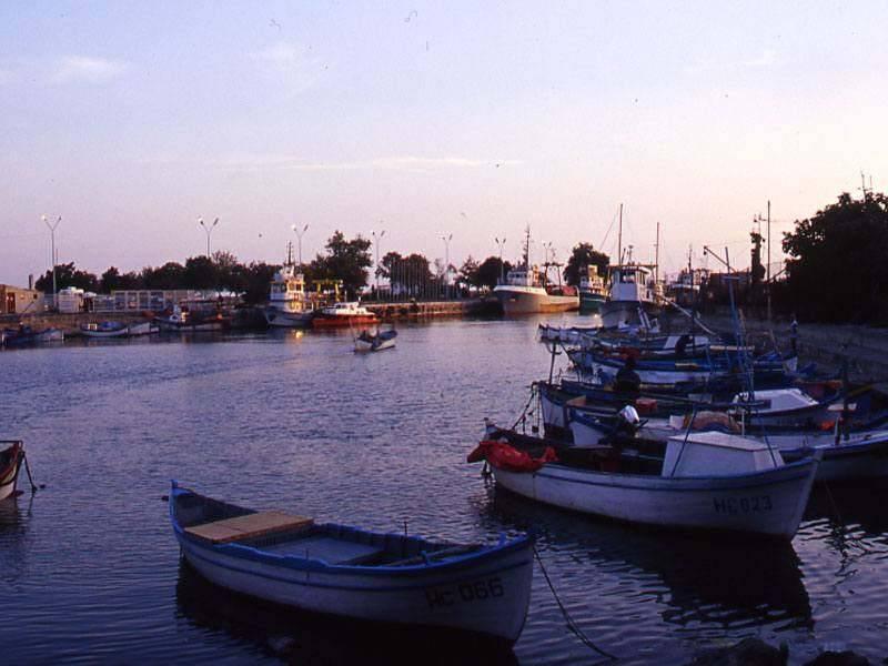 נמל הדייגים והסחורות בעיר נסבאר, צילום יהושע רוטין
