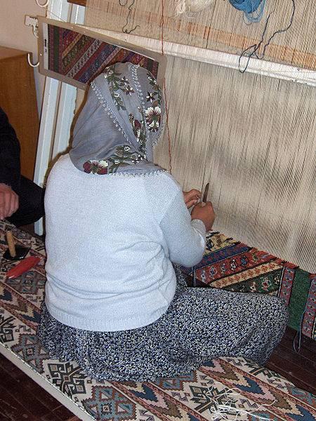 אריגת שטיח תורכי. צילום Georges Jansoone JoJan באדיבות וויקימדיה, רשיון GNU