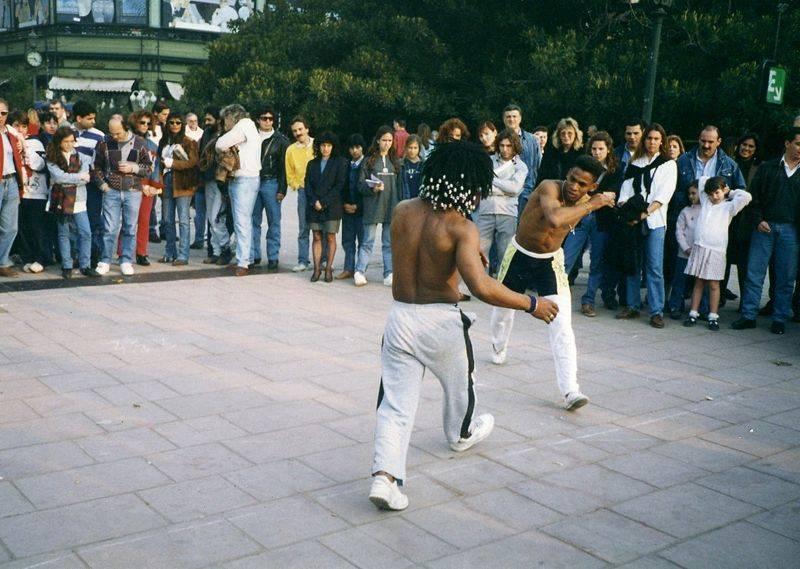 על העבדים בברזיל נאסר שימוש בכלי נשק. פתרון לריבים והגנה עצמית נעשה בעזרת הקפוארה - ריקוד הלחימה