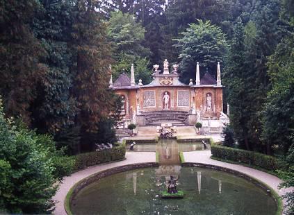 הגן ששימש לקבלת פנים בארמון הלברון הסמוך לזלצבורג, על ברכותיו ומזרקות המים שבו