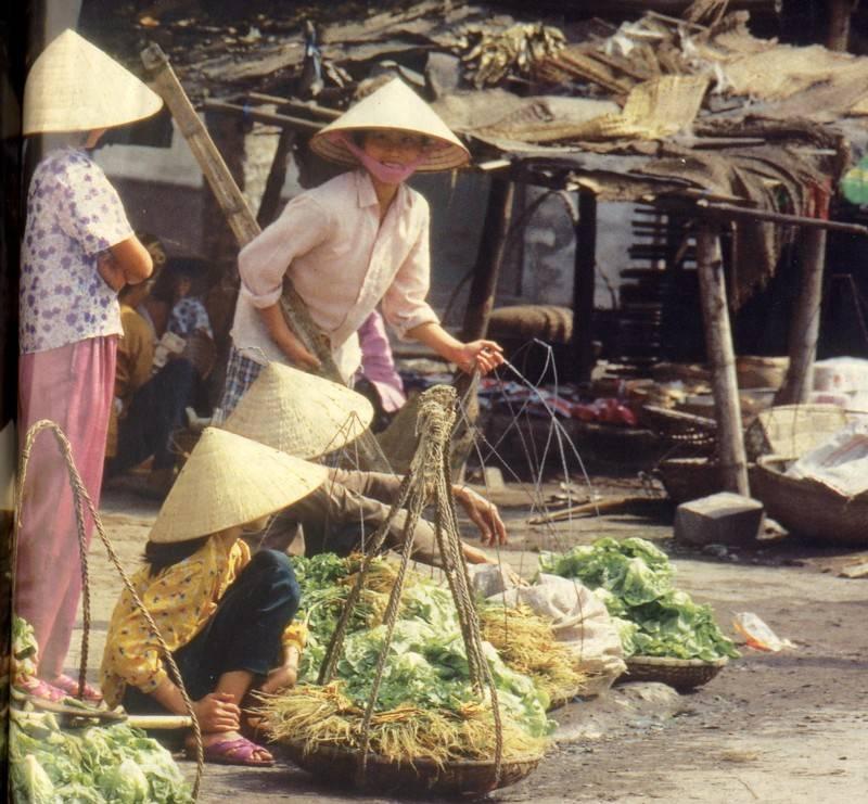 איכרה בשוק מקומי בוייטנאם