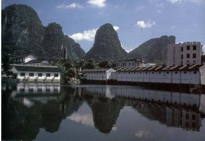 אגם צלול בלב העיירה יאנגשווא - גן עדן למטיילים