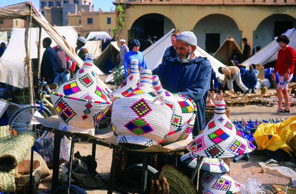 דוכן ארע בגמה אל פנה, ועליו ממיטב העבודות המסורתיות של המקומיים. צילום: מוטי בלושטיין