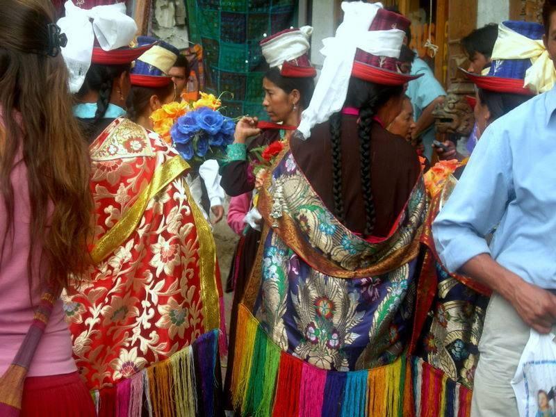 מקומיות בלבוש מסורתי