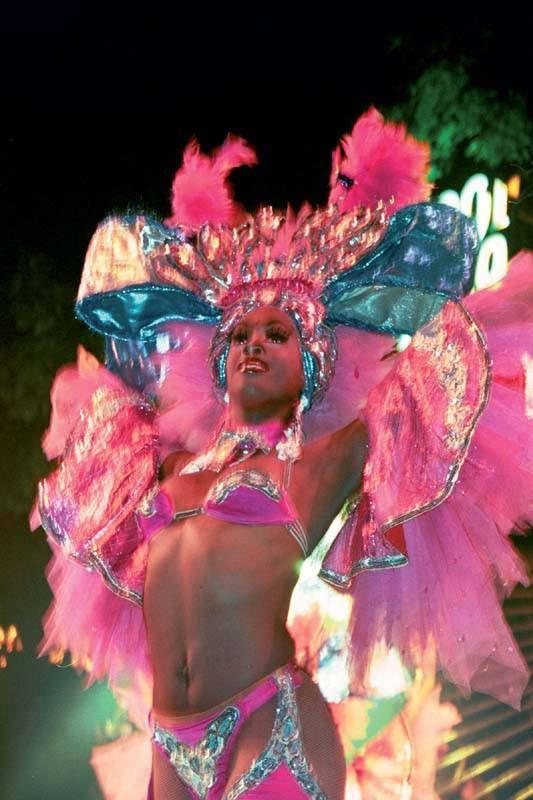 רקדניות בטרופיקנה. אחד המקומות החמים בעיר