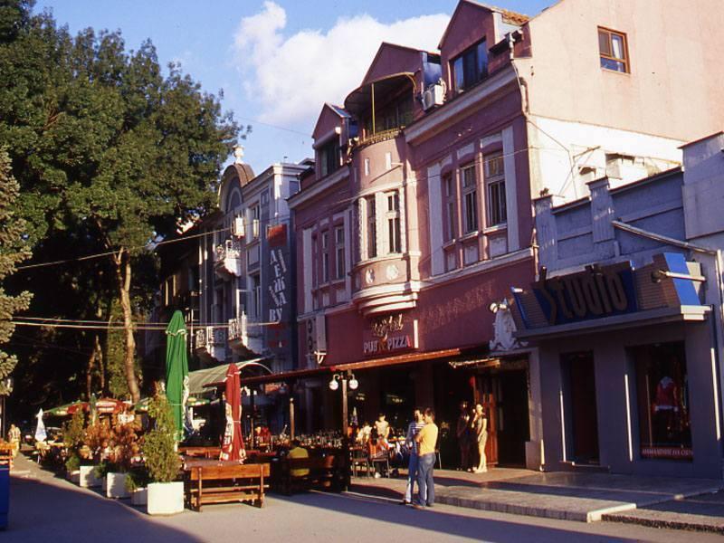 שדרת בתי הקפה והמסעדות בעיר הקיט ורנה, צילום יהושע רוטין