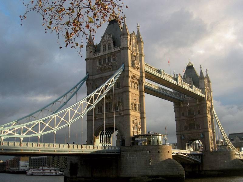 גשר לונדון מעל התמזה. מומלץ לצאת לשיט לילי בנהר. צילם: גיא נוימן