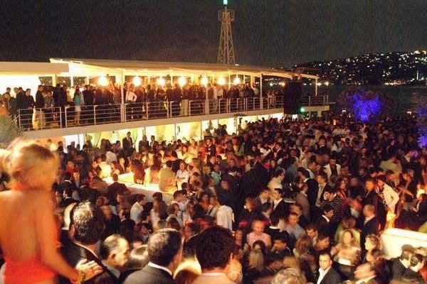 מסעדות, שתיה ורחבת ריקודים ענקית. מתחם ריינה באיסטנבול