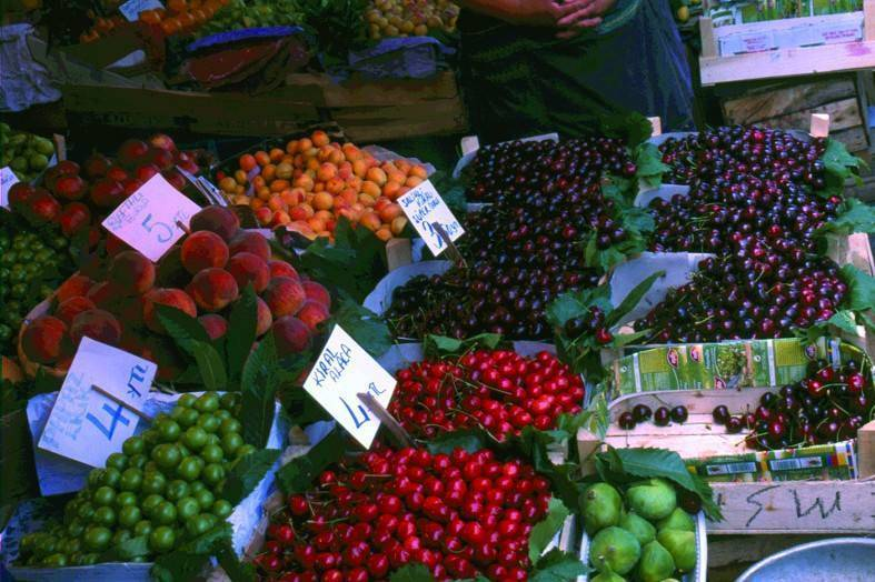 פירות וירקות בשפע בשווקים של איסטנבול. צילם: רז מור