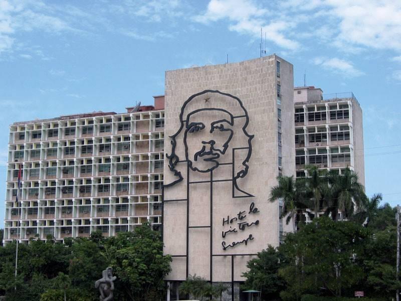 דמותו של הלוחם, החולם והמהפכן צה גווארה על אחד הבניינים בהוואנה. צילם: עמי שנקר