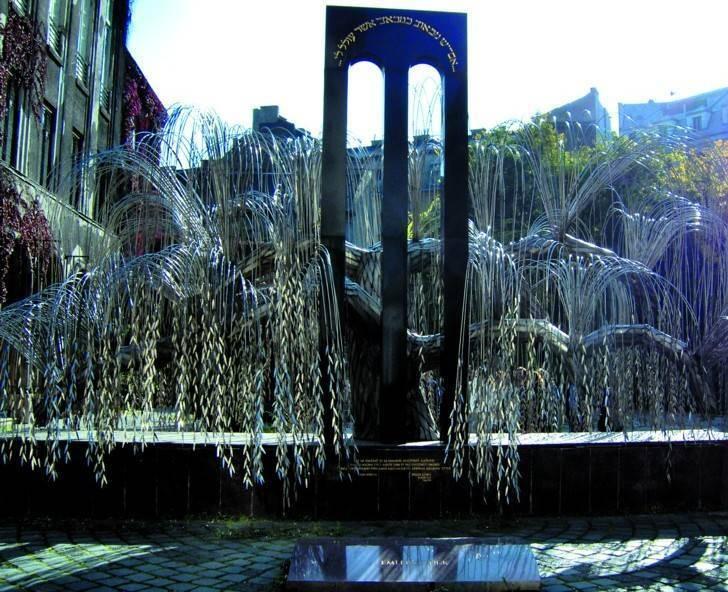 הערבה הבוכיה בחצר בית הכנסת הגדול, עליה חקוקים שמותיהם של 400,000 מקורבנות השואה