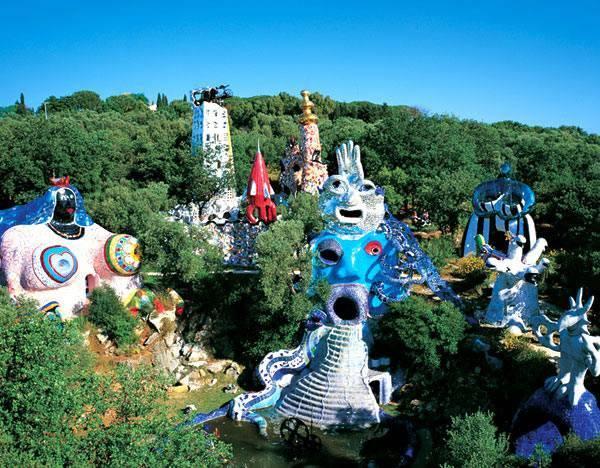 פסלי ענק צבעוניים מקרמיקה וזכוכית. גן קלפי הטארוט