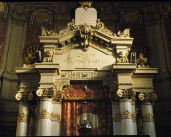 ארון קודש בבבית הכנסת הגדול בו נמצא המוזיאון היהודי