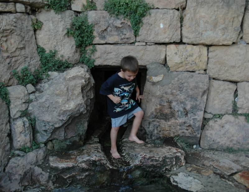 הנקבה נחצבה במקום כדי להגביר את כמויות המים המחלחלות בסלעי הגיר. צילם: גיא נוימן