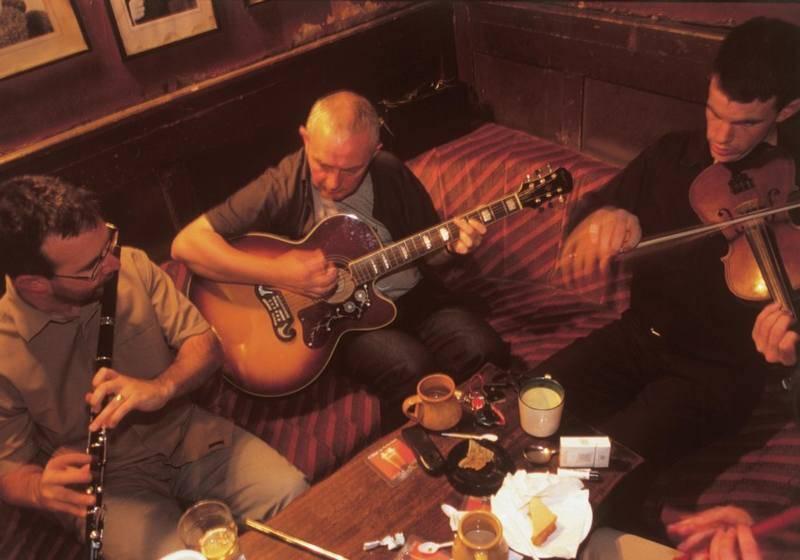 בפאבים מקומיים ברחבי אירלנד מתקיימות הופעות של מוזיקה חיה. צילום: TourismIreland