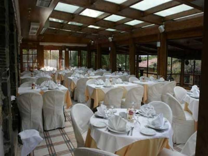 בבניין מפואר, שסביבו גן מטופח, יושבת מסעדת Petrino הנעימה. צילום: מתוך האתר www.petrinorestaurant.gr