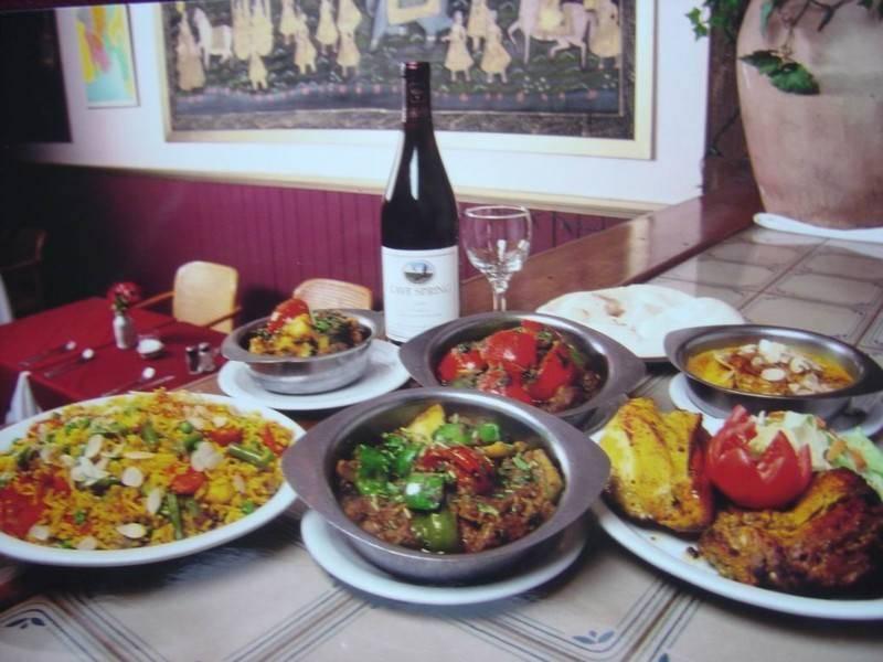 האוכל ההודי חריף מאד, מתובל מאד, ריחני וצבעוני