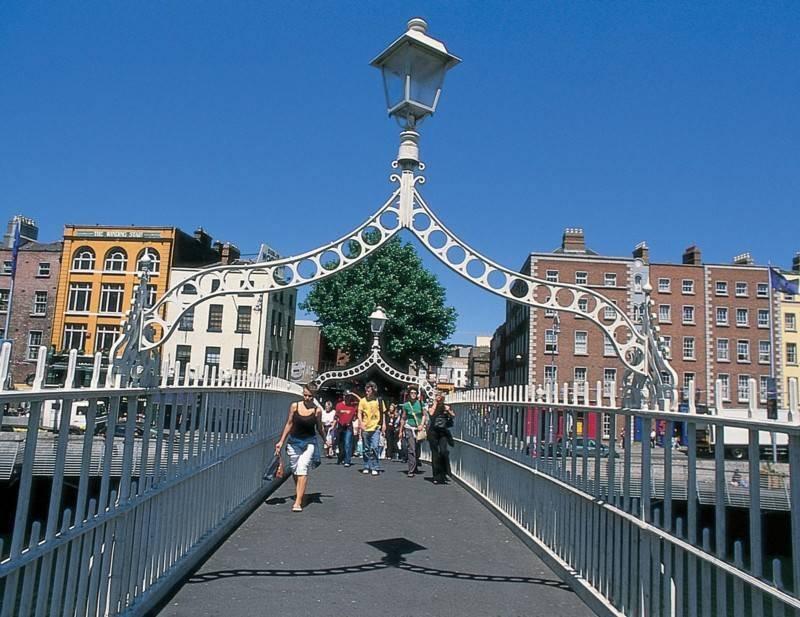 גשר חצי פני, באמצעותו עוברים עשרות אלפי אנשים בין שתי גדות נהר הליפי. צילום: תיירות אירלנד
