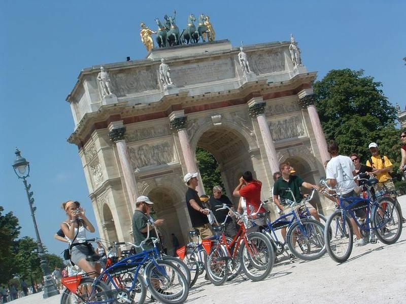 דרך מצויינת להכיר את פריז היא באמצעות רכיבה על אופניים. צילום: חברת Fat Tire Bikes Tours
