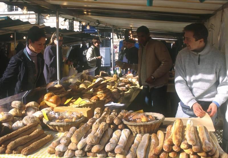 מבחר גדול של לחמים בשוק בפריז. צילום: Claude Stefan / M.A.E.E