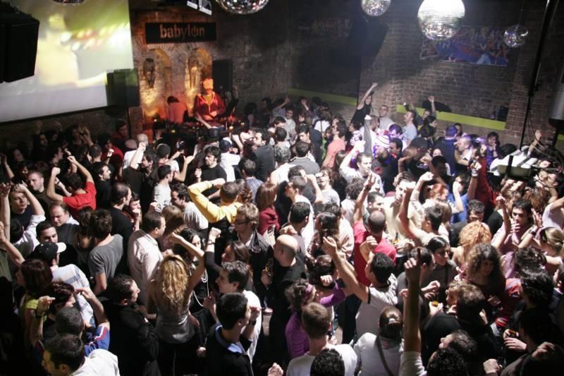 <p><span style=BACKGROUND-COLOR: #f8f8fa>מצד אחד מועדון מוזיקה, ומהצד השני בית קפה. מועדון בבילון באיסטנבול</span></p>