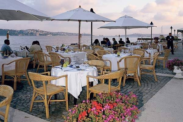 מסעדה מול הנוף הנפלא של הבוספורוס. feriye