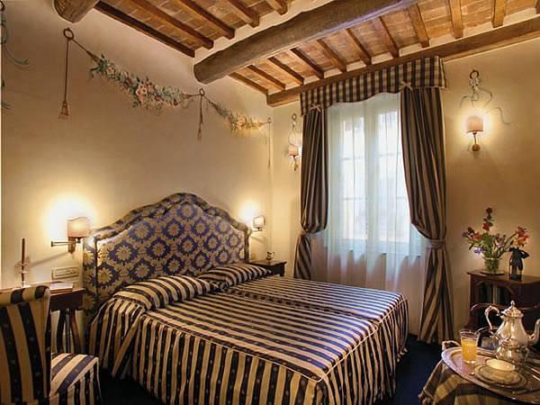 מגדל מבוצר שהפך למלון. מלון Relais dellOrologio
