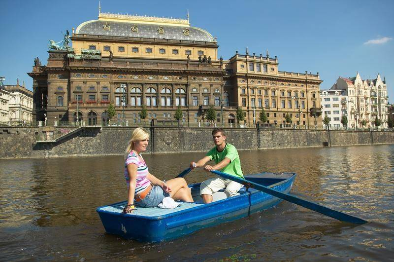 נהר הוולטאבה והתיאטרון הלאומי. צילום: Czech Tourism