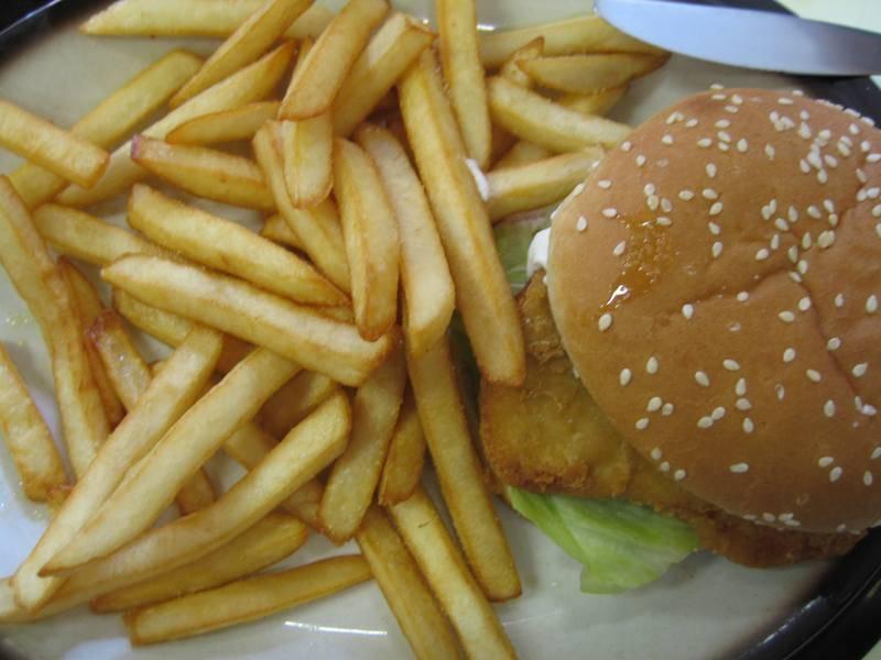 המבורגר וציפס מהטובים ביותר (צילום: גילי שקד)