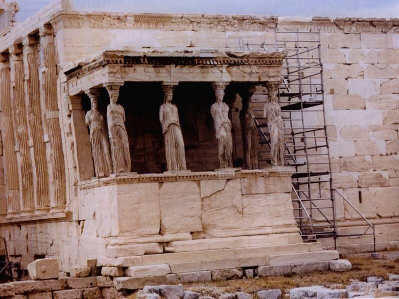 מרפסת הקריאטידות במקדש הארכתיון שבאקרופוליס, עמודי התמיכה מפוסלות בדמויות נשים. צילום: רינת דבי