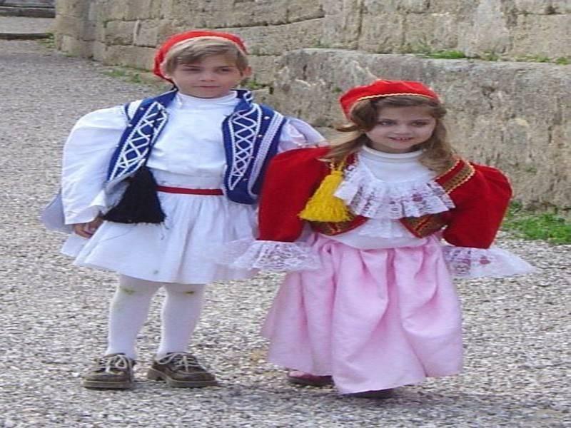 ילדים בלבוש יווני מסורתי. צילום: ויקיפדיה