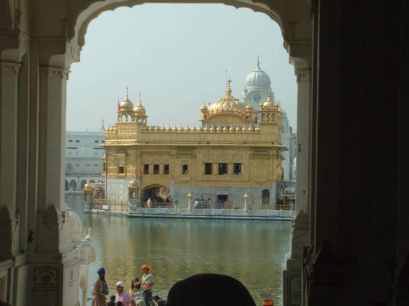 מקדש הזהב נשקף משער הכניסה למתחם. צילום: מוטי מורג