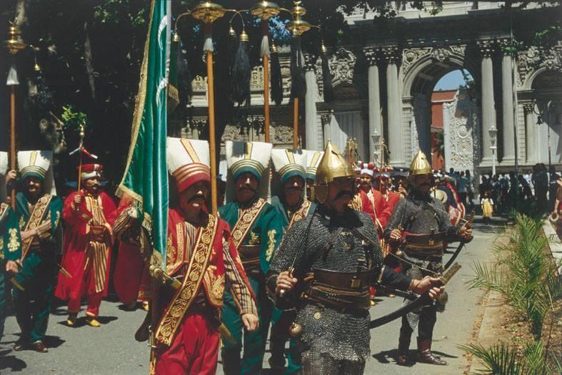 תזמורת היניצרים בחזית ארמון הדולמה בחצה. צילם: אריה אלאלוף