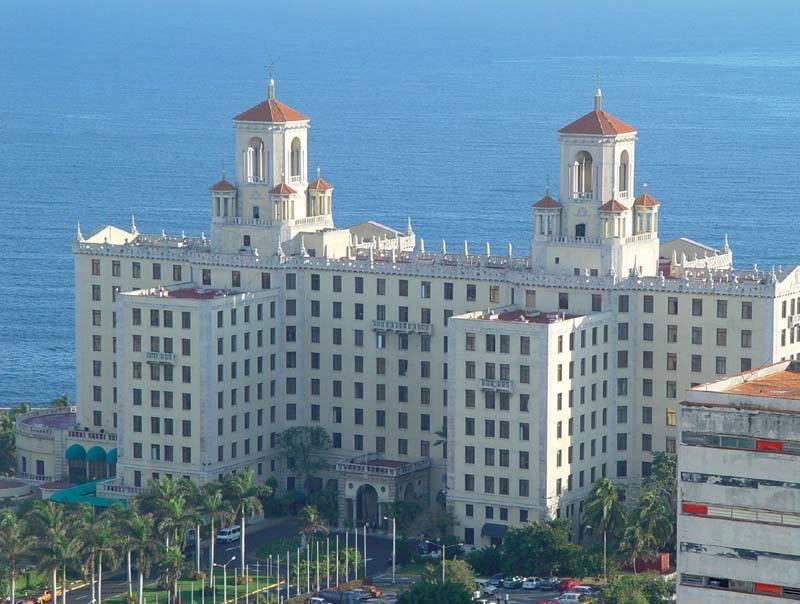 מלון נסיונל על רקע חוף הים. צילם: עמי שנקר