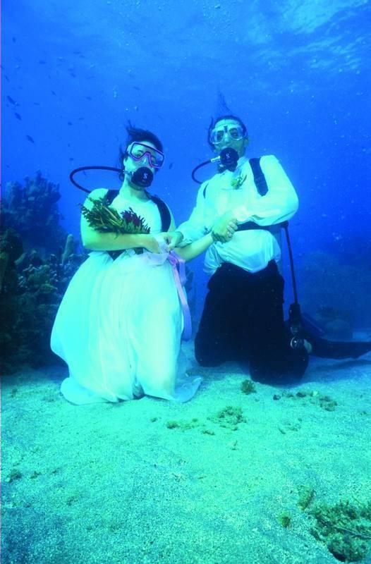זוג תחת המים