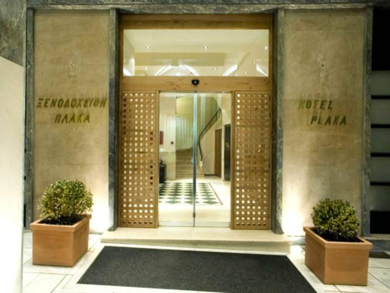 הכניסה למלון פלאקה, במלון מפואר זה רצפות עץ מבריקות, מיטות עץ נרחבות ומהודרות, וילונות כהים המכסים חלונות גבוהים, וריפוד קטיפה לרהיטים. צילום: מתוך האתר הרשמי של המלון