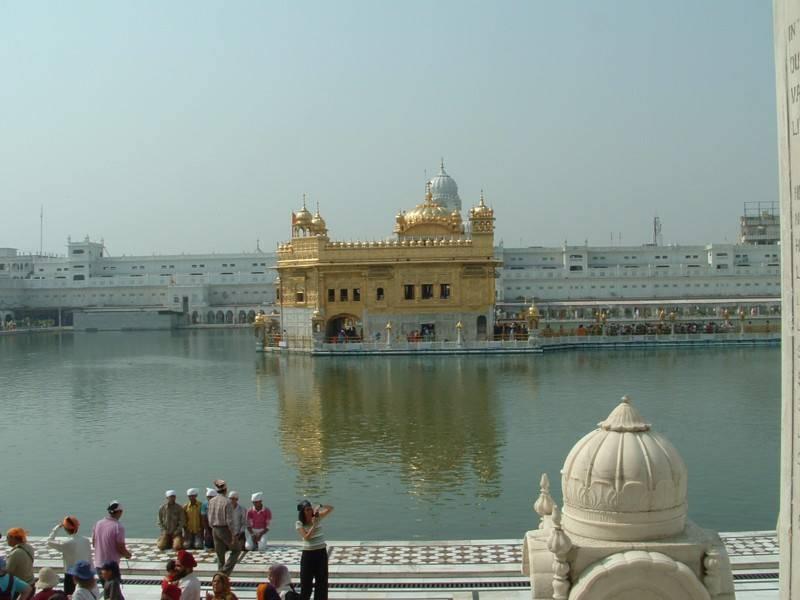 במרכז המקדש- היכל הקודש (Hari Mandir) , בו מונחת המגילה הקדושה ובה קובץ תפילות שנאספו מהגורו וקדושים אחרים במהלך השנים. צילום: מוטי מורג
